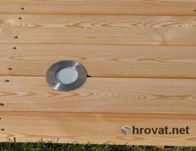 Izrez za vrtno luč na lesenem podestu