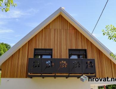 Lesena fasada Kamnik spredaj dve