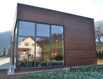 Lesena fasada Matke z okni