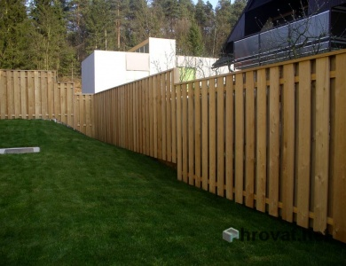 Lesena ograja Bizovik z desne
