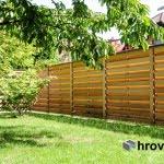 Lesena ograja Jarše z desne