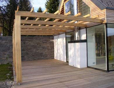 Lesena terasa Moravče s pergolo z desne