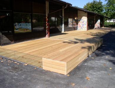 Lesena terasa pred vrtcem od daleč