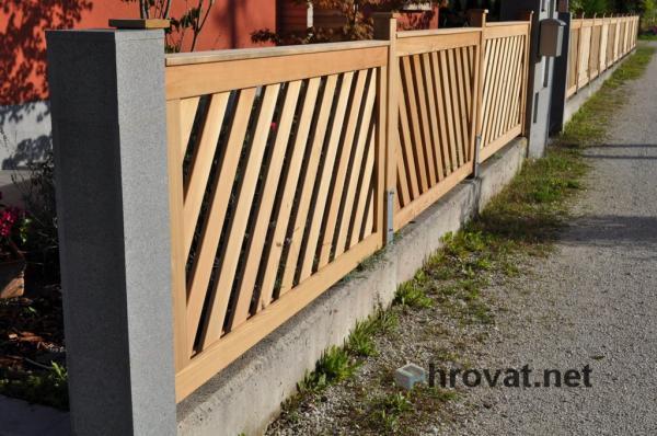 lesena panelna ograja Crnuce z leve