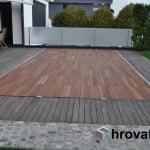lesena terasa na bazenom Menges od daleč